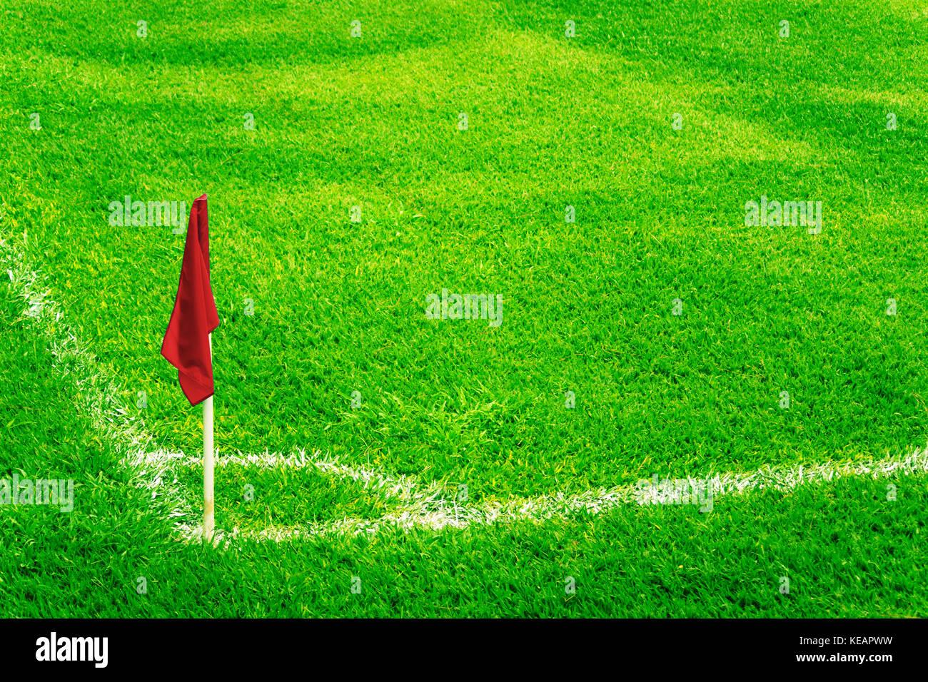 Rote Fahne Auf Einem Fussballfeld Mit Hellen Frischen Grunen