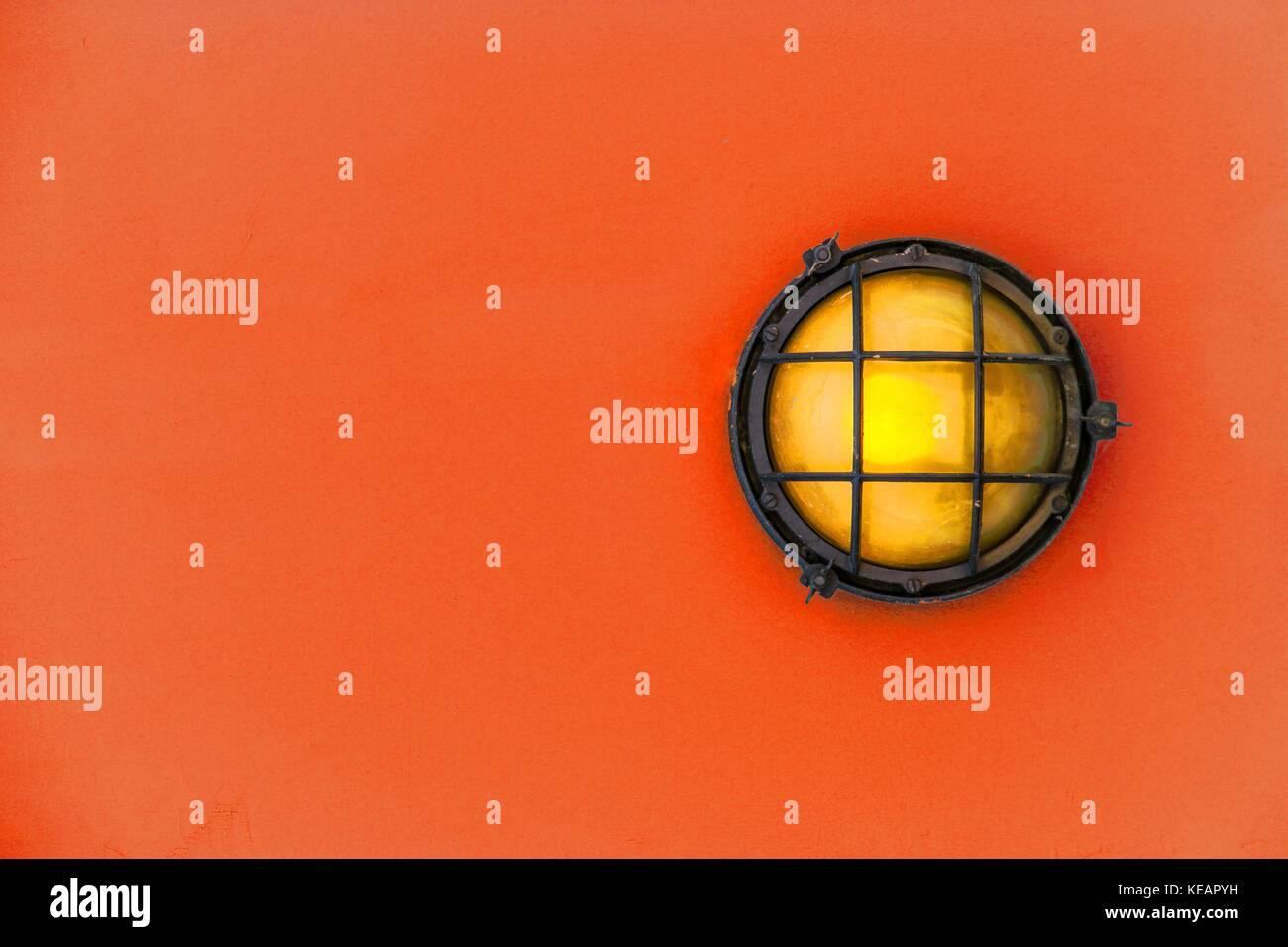 Gelbe Stirnwand Licht (ship Deck Lampe) durch einen verrosteten ...