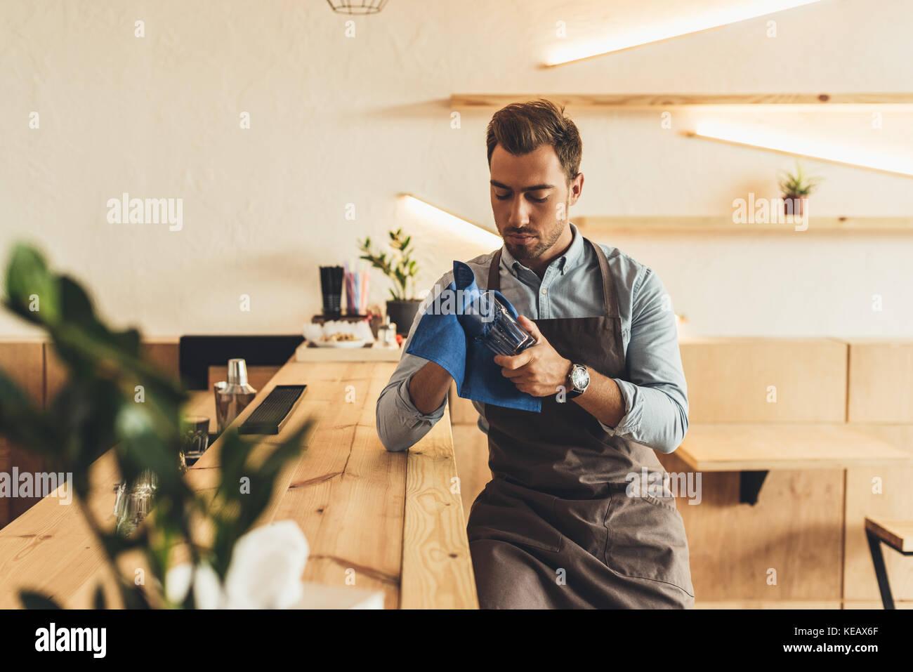 Barista Reinigung Glaswaren Stockbild