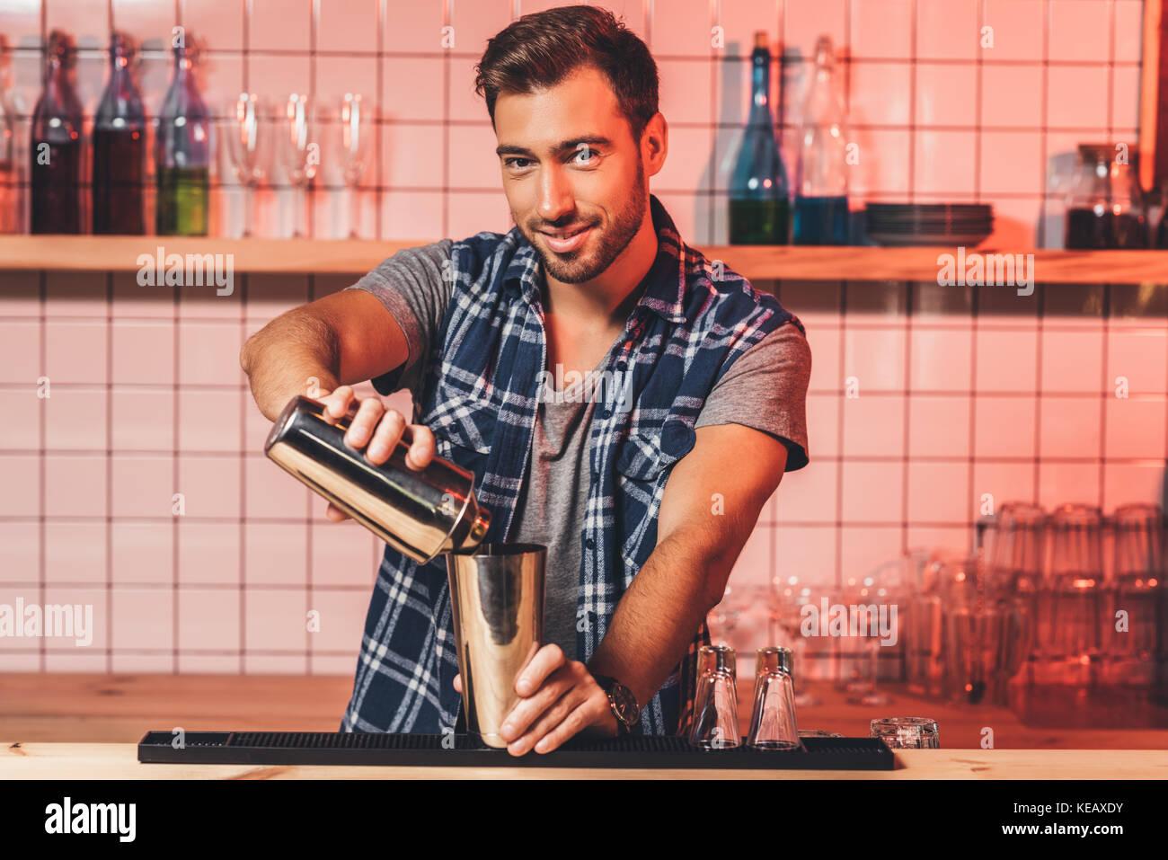 Barkeeper cocktail vorbereiten Stockbild