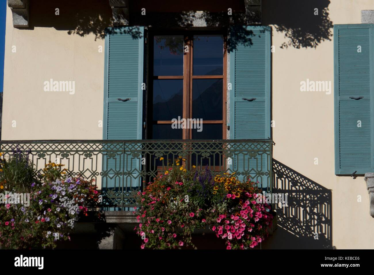 Kast Voor Balkon : Architektonisches detail der fassade mit blühenden fensterkästen und
