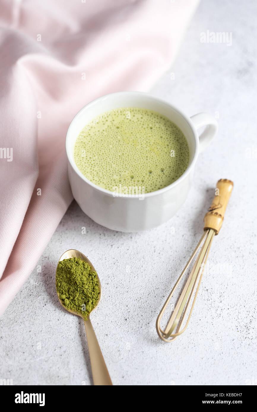 Styled Foto Eines Grünen Tee Matcha Latte In Eine Weiße Tasse Mit