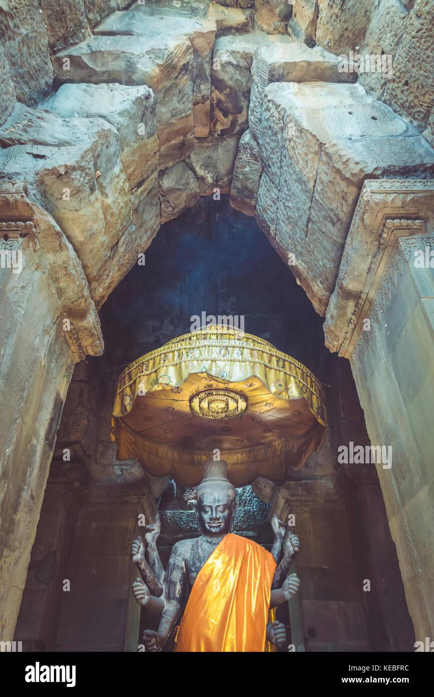 Eine Statue des Grundsatzes Gottheiten im Hinduismus, Vishnu von einer alten gewölbten Tür an Angkor Wat Stockbild