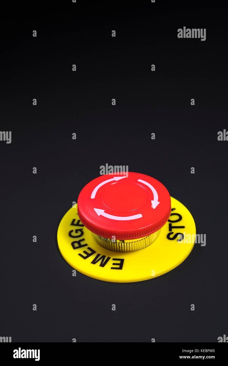 """Große rote Taste auf dunklem Hintergrund - Metapher für """"Finger auf den Button ', möglich, Stockbild"""