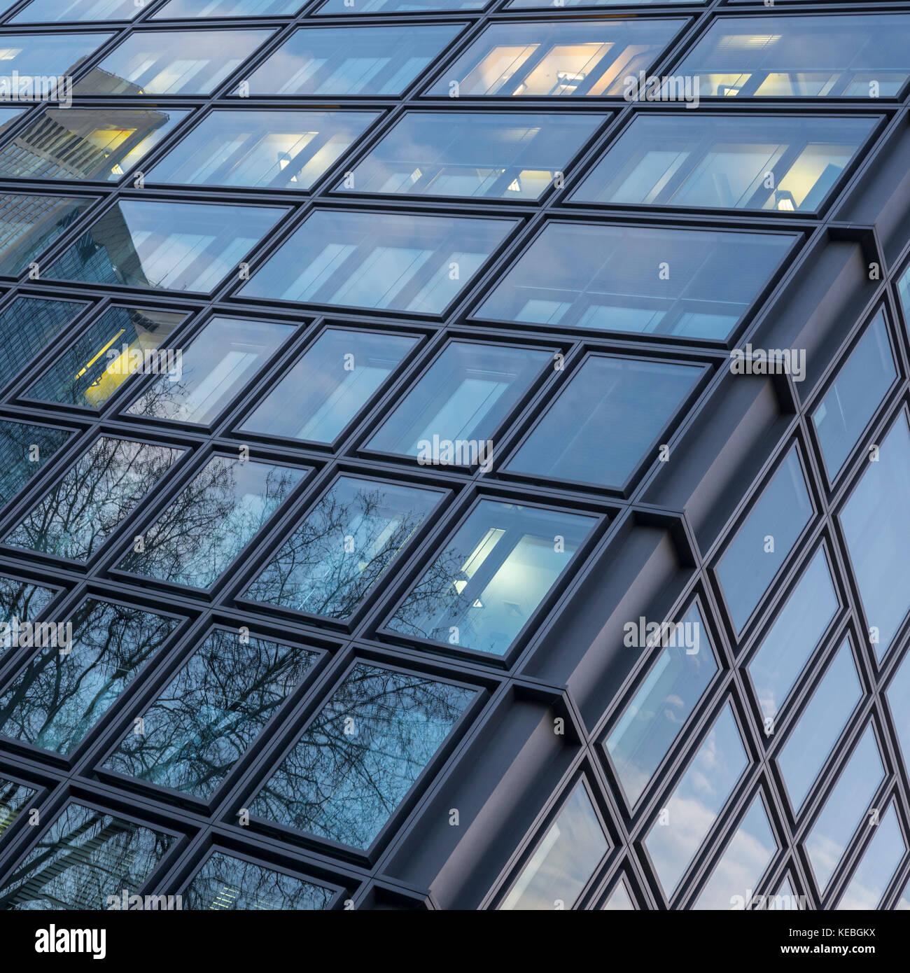 Abstrakte Fassade eines modernen Bürogebäudes Stockbild