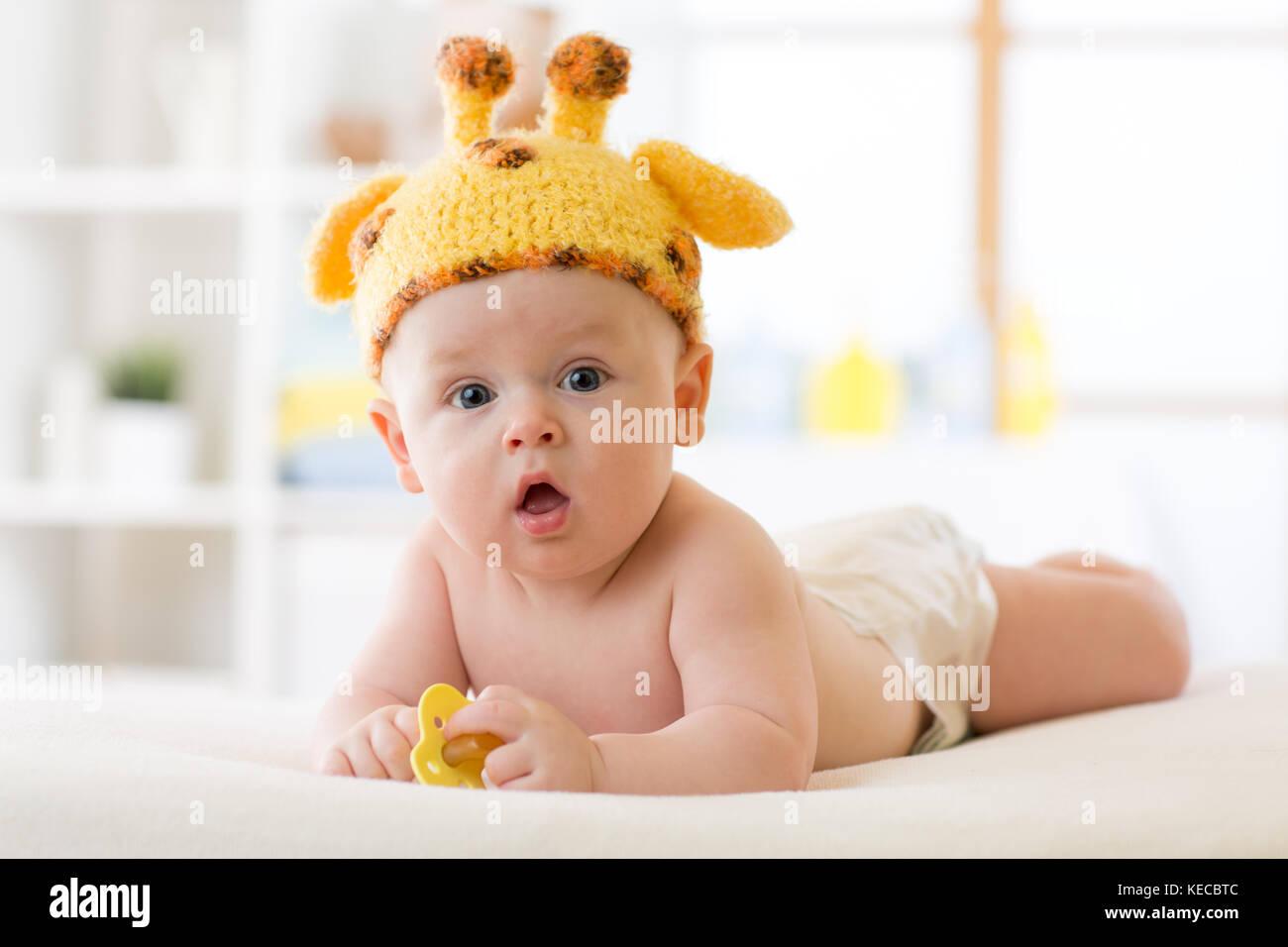 Adorable Baby Boy liegend auf Bauch und lustigen Hut getragen Stockfoto