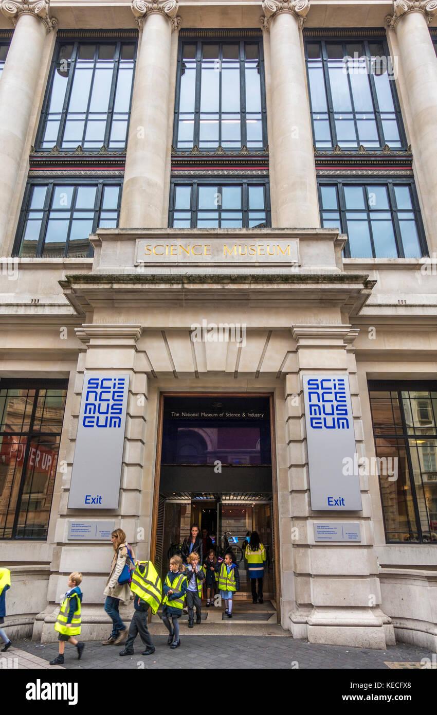 Lehrer und Kinder, das Tragen von reflektierenden Jacken, verlassen das Museum der Wissenschaft nach einer Klassenfahrt, Stockbild
