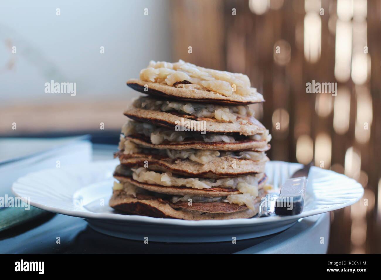 Hausgemachten gesunden Pfannkuchen, frisch aus der Pfanne, mit Apfelmus gefüllt. Lecker und toll für Frühstück Stockbild