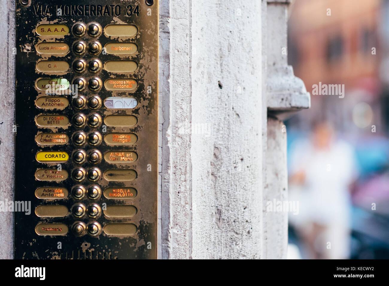 Eleganten alten Klingeltasten und mismached Adresse und Namen Etiketten auf einem Gebäude in Rom, Italien Stockbild