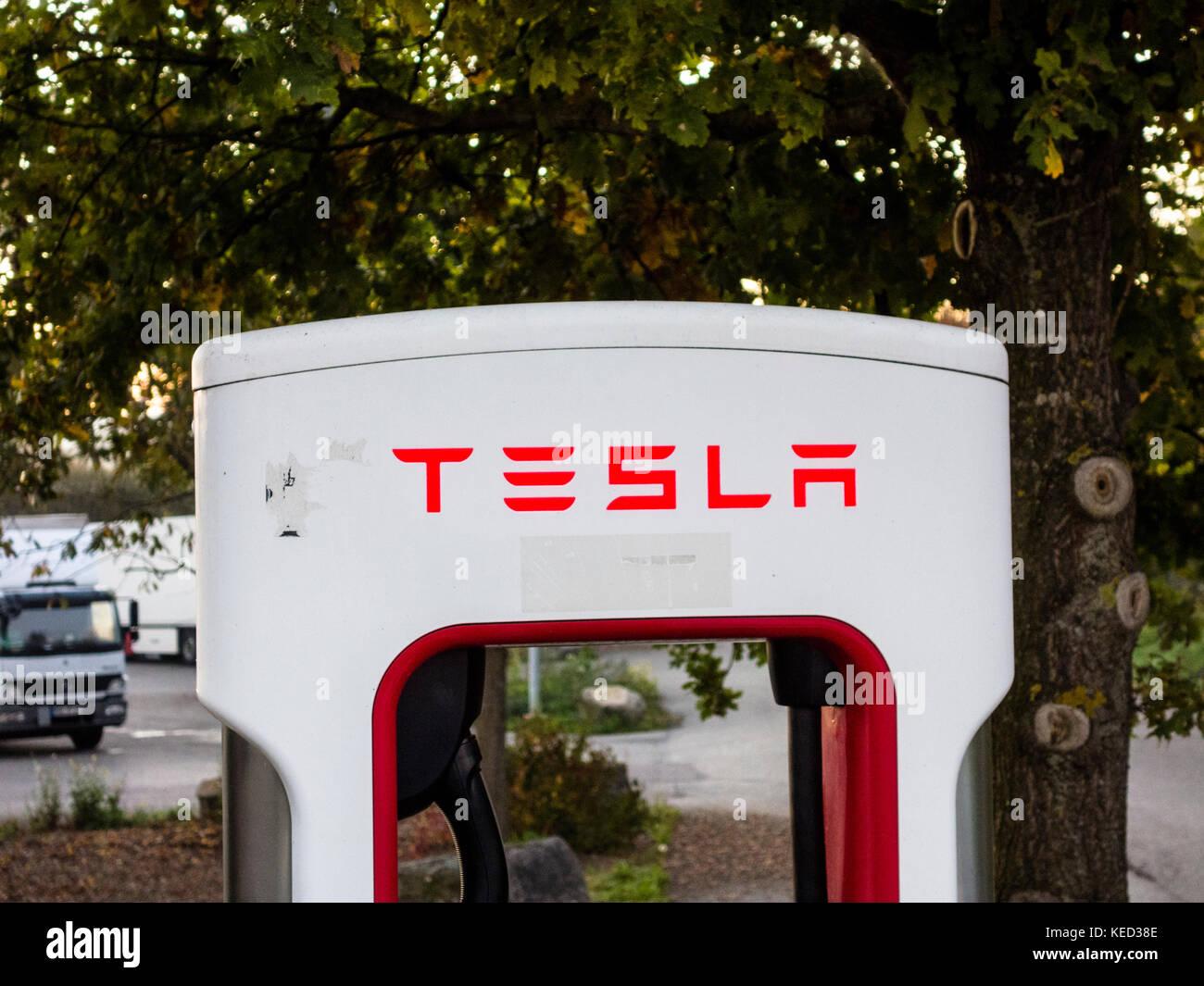 Tesla Ladegerät an einer Tankstelle in Bayern, Süddeutschland, Oktober 2017 Stockbild