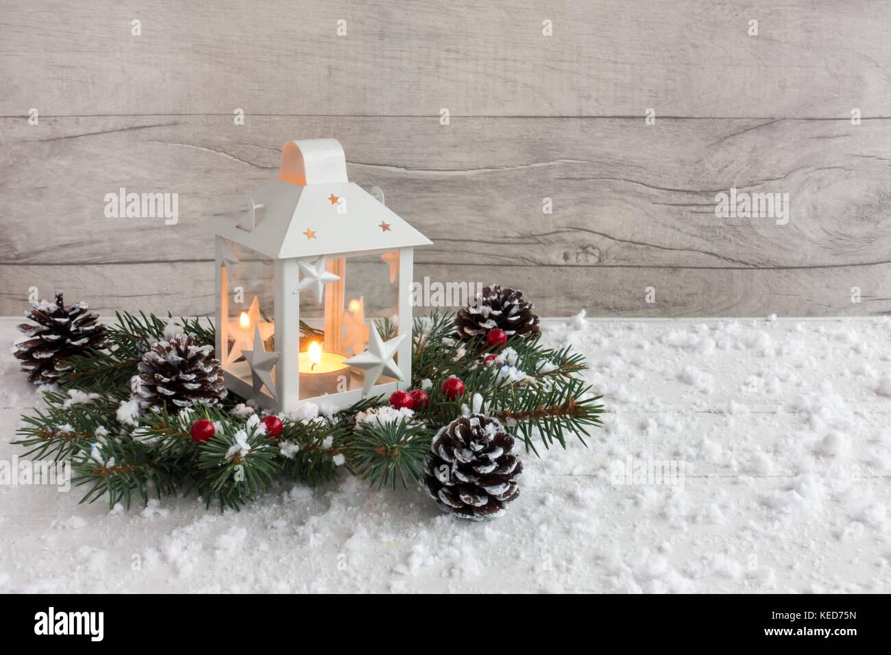 wei e weihnachten laterne mit kerzenlicht auf tanne zweige mit stechpalme beeren dekoriert. Black Bedroom Furniture Sets. Home Design Ideas
