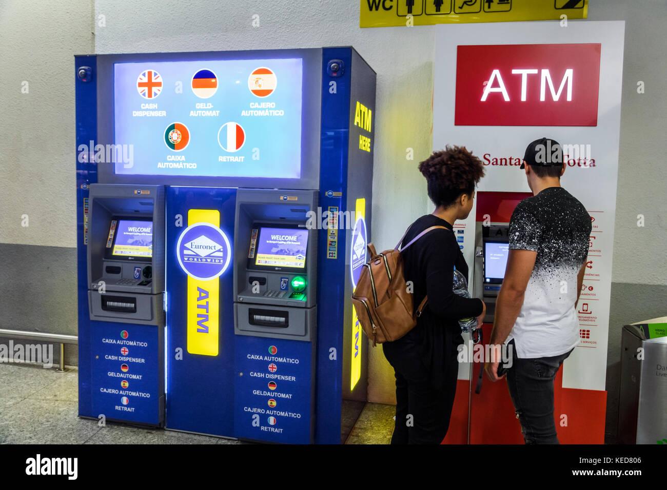 Lissabon Portugal Humberto Delgado Flughafen LIS Portela Flughafen Terminal ATM Geldautomaten Mann Frau Paar Hispanic Stockbild