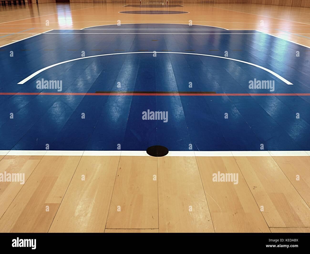 Basketballplatz Innen. Weiße Linien Und Blau Spielfeld In Halle. Hanball  Tor An Wand.