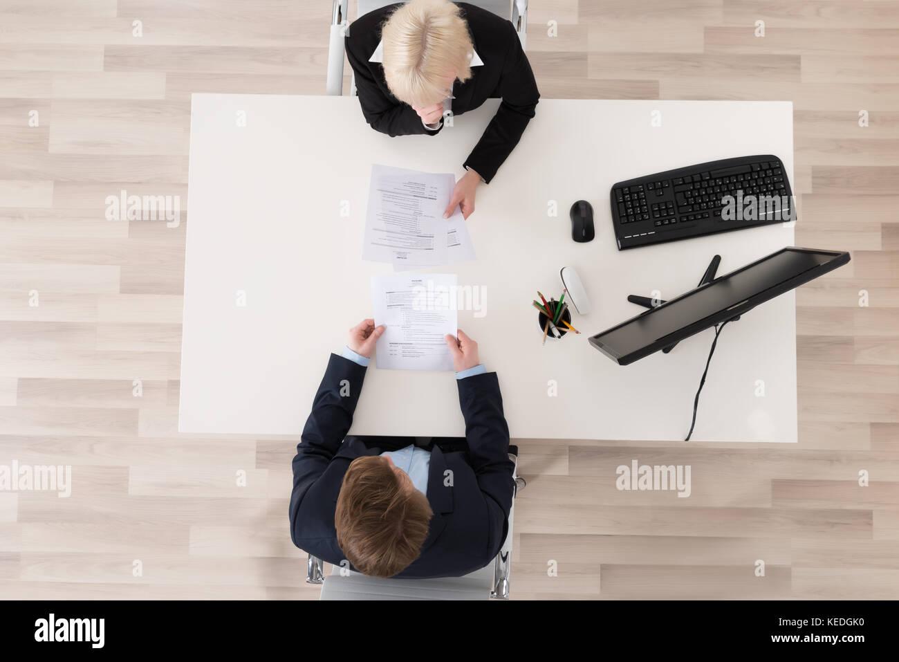 Hohe Betrachtungswinkel Vorstellungsgespräch am Schreibtisch Stockbild