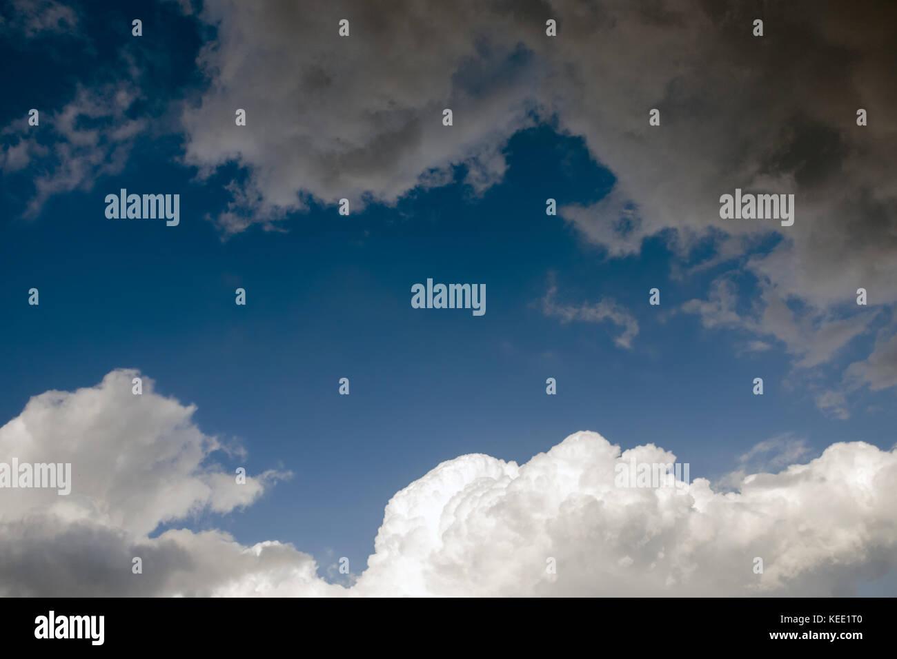 Dramatische Himmel mit dunklen grau regen und weiße Wolken. abstrakten Konfrontation. Stockbild