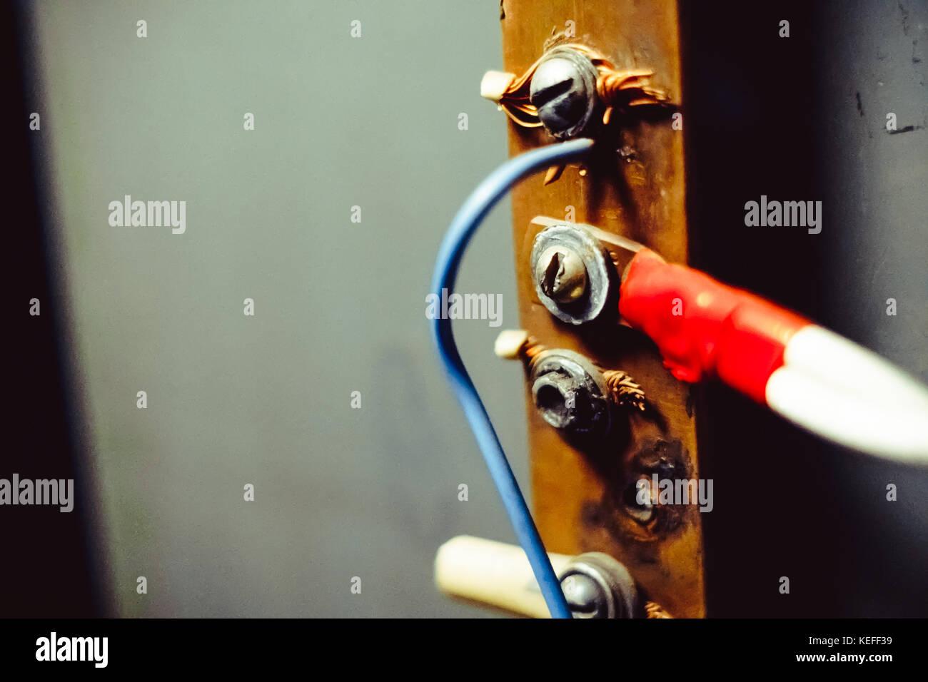 Reihe von drei grungy elektrischen Schalter und Verdrahtung in Dreck ...
