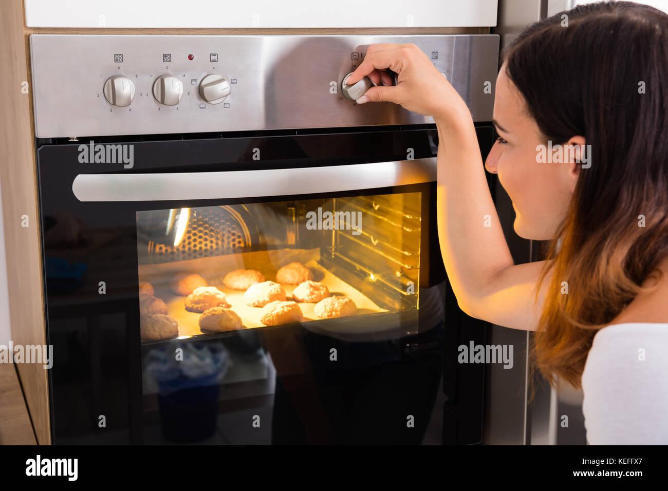 Junge Frau Mit Mikrowelle Ofen Zum Backen Frische Platzchen In Der