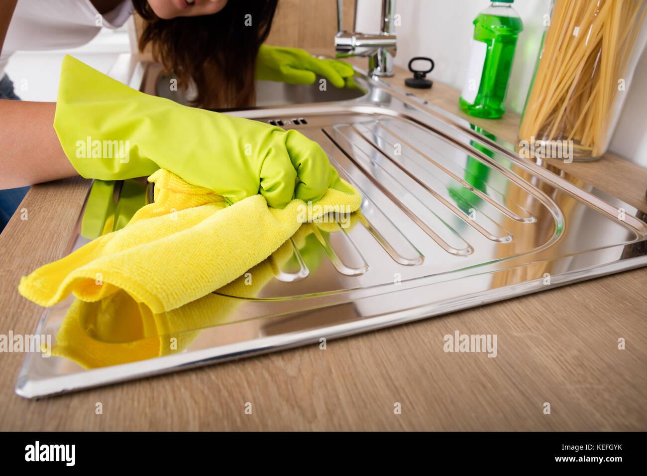 In Der Nahe Von Frau Hand Reinigung Von Edelstahl Waschbecken Mit