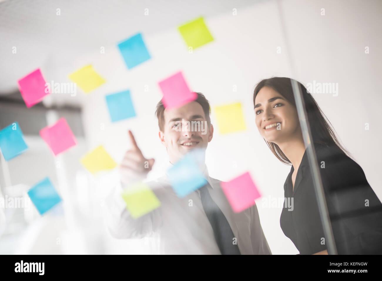 Start Geschäft Leute Gruppe, die täglichen Aufgaben im modernen Büro. Tech, Tech, Tech, Tech Team. Stockbild