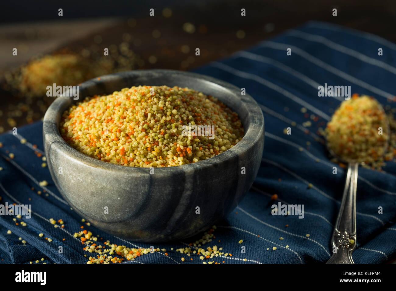 Rohe organische chemische dreifarbig Couscous in eine Schüssel geben. Stockbild