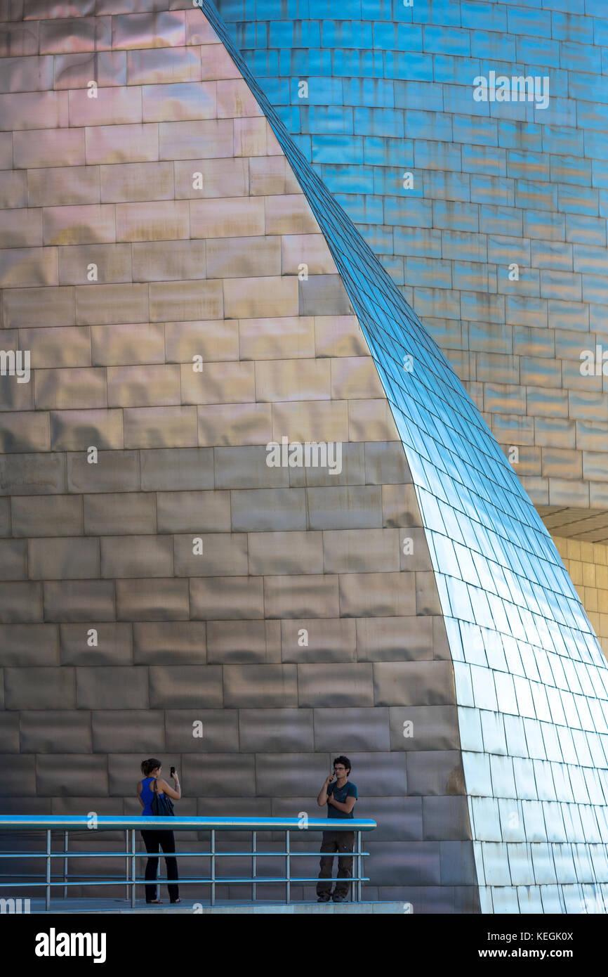 Touristen fotografieren Guggenheim Museum in Bilbao, Baskenland, Spanien Stockbild