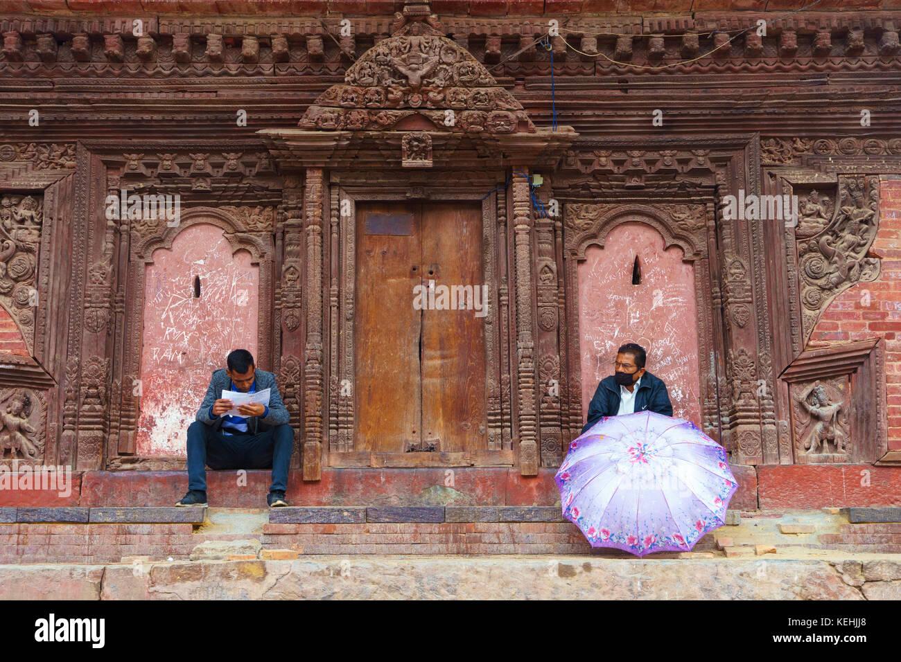 Zwei Männer an der Jagannath Tempel ausruht, Durbar Square, Kathmandu. Stockbild