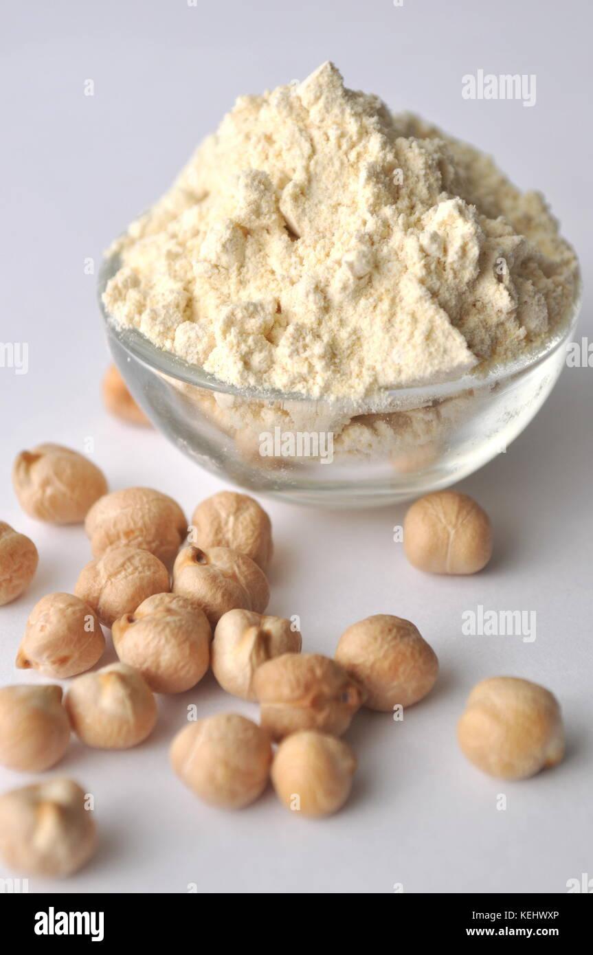 Kichererbsenmehl und Kichererbsen isoliert auf Weiss. alternative Glutenfreies Mehl zum Backen und Kochen. Stockbild