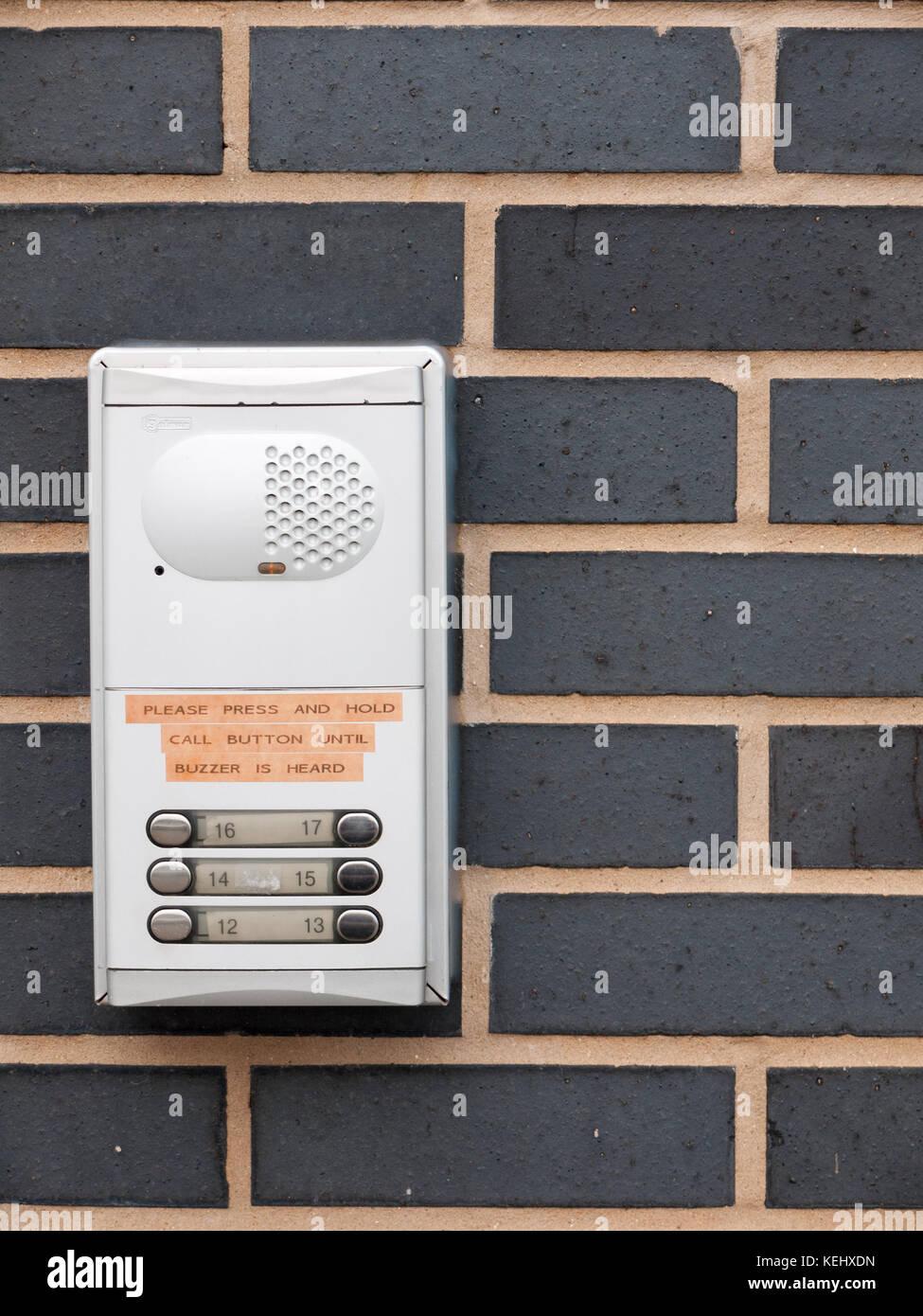 Nahaufnahme der Metalltür Summer für Apartments an der Wand außen, Essex, England, Großbritannien Stockbild