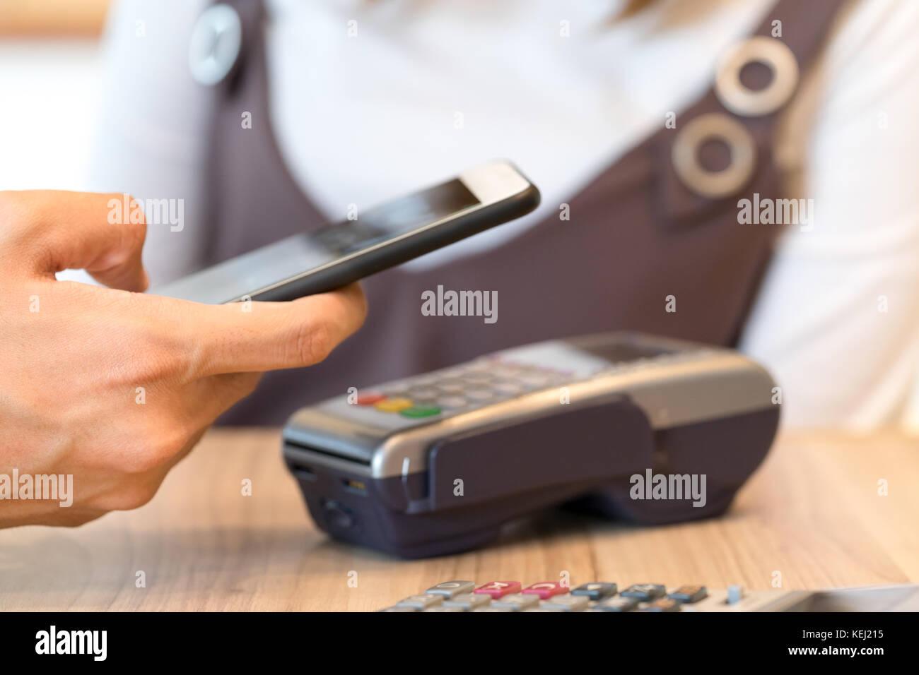 Mann Geld via Smartphone mit Magnetkarte Konzept - Finanzielle Technologie Stockbild