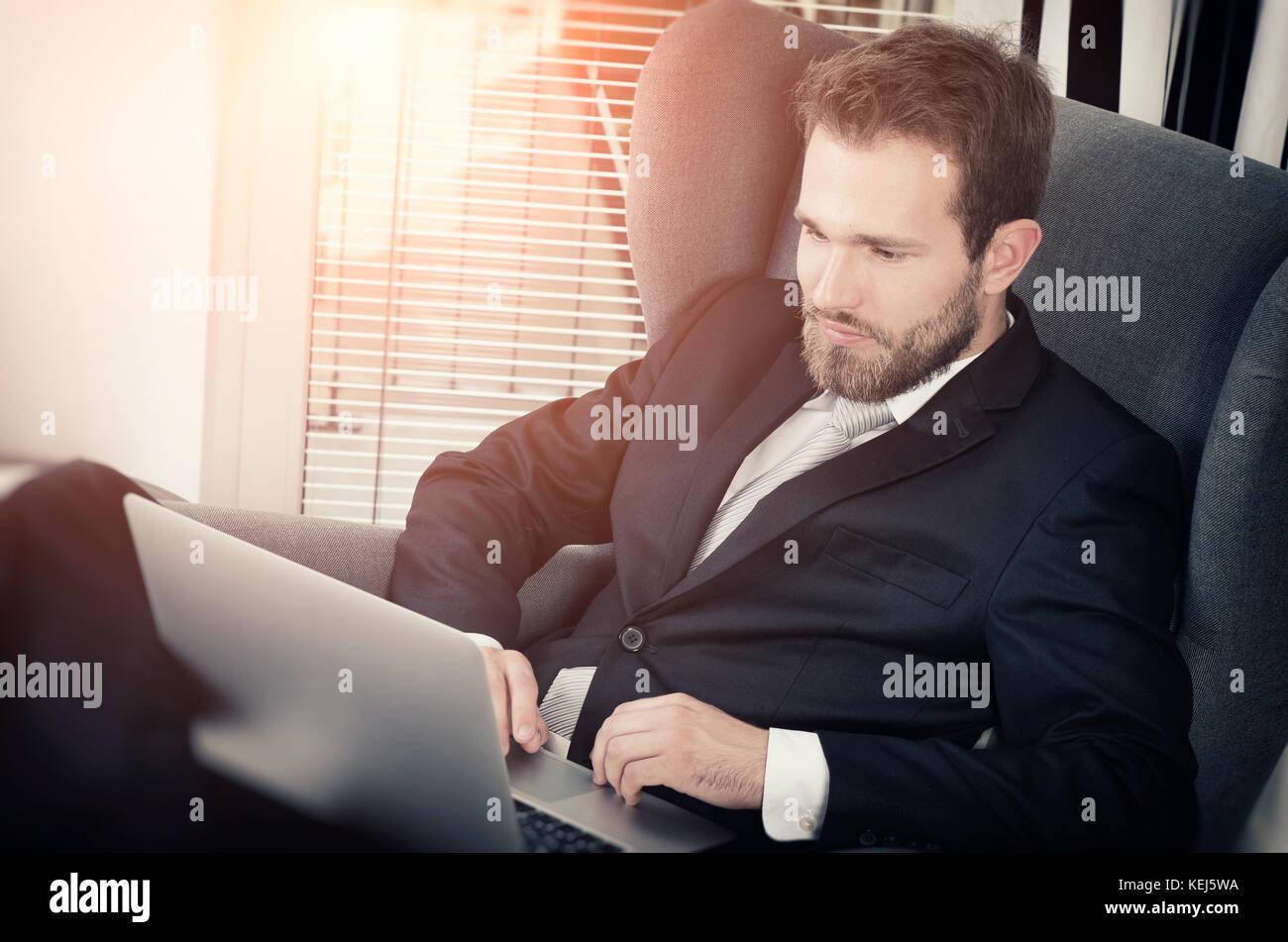 Young Business Mann arbeitet von Zuhause mit Laptop. home computer Geschäftsmann laptop Konzept Stockfoto