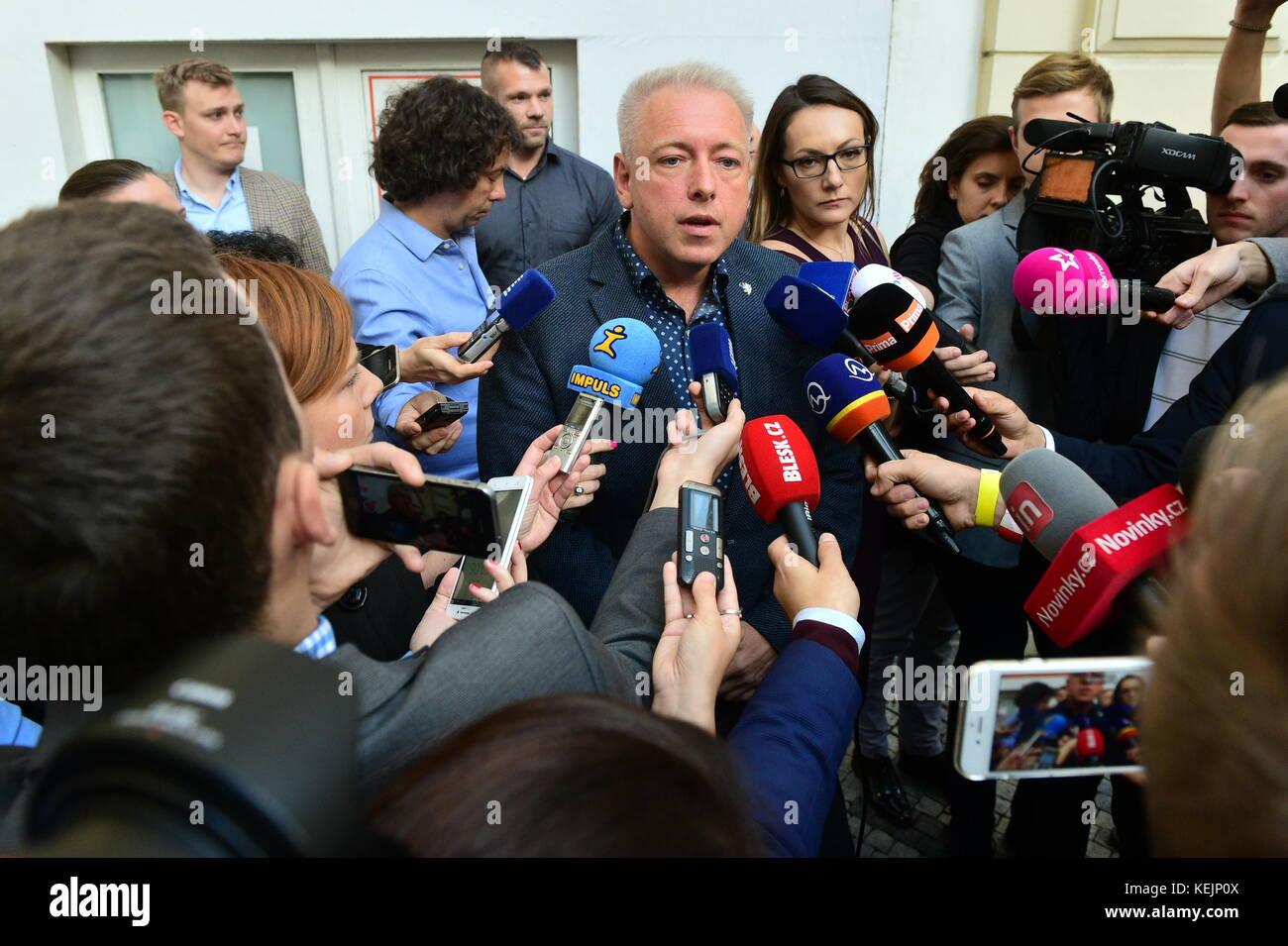 Vorsitzenden der Tschechischen Sozialdemokratischen Partei und Innenminister Mailand Chovanec spricht mit Journalisten Stockbild
