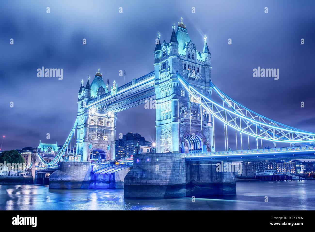 London, Vereinigtes Königreich: die Tower Bridge über die Themse. Stockbild