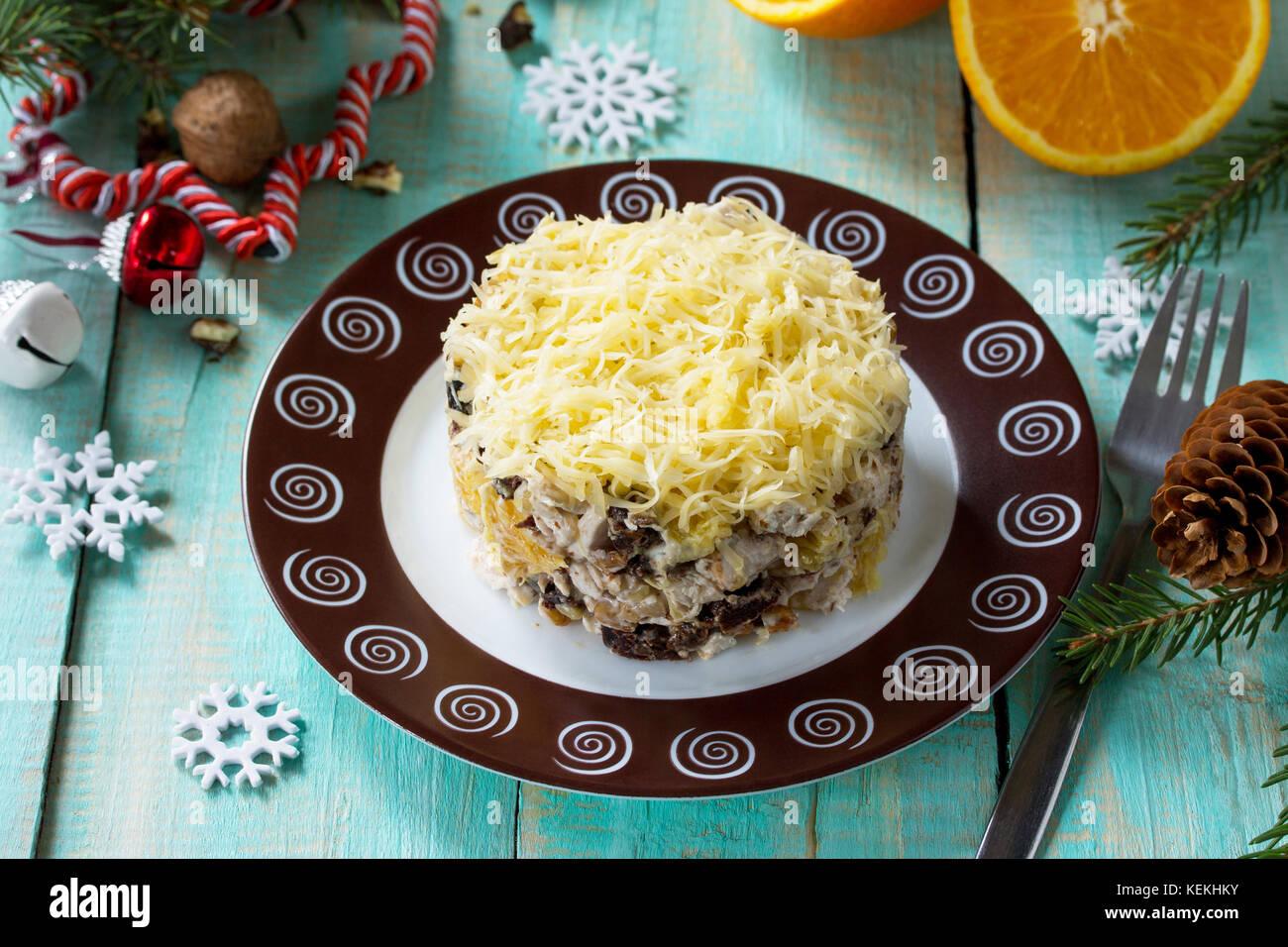 Hausgemachte Vorspeisen auf eine festliche Weihnachten Tabelle. Salat mit Hühnchen, Orangen, Pflaumen, Käse Stockbild