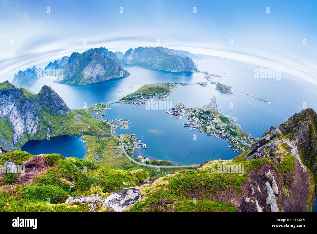 Ein Panorama Blick auf das Fischerdorf Reine und Lofoten vom Reinebringen in Norwegen Stockbild
