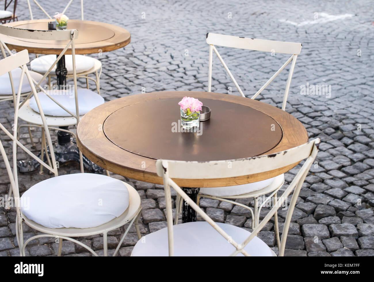 Vintage Tisch und Stühle in Street Cafe Terrasse, Alacati, Türkei ...