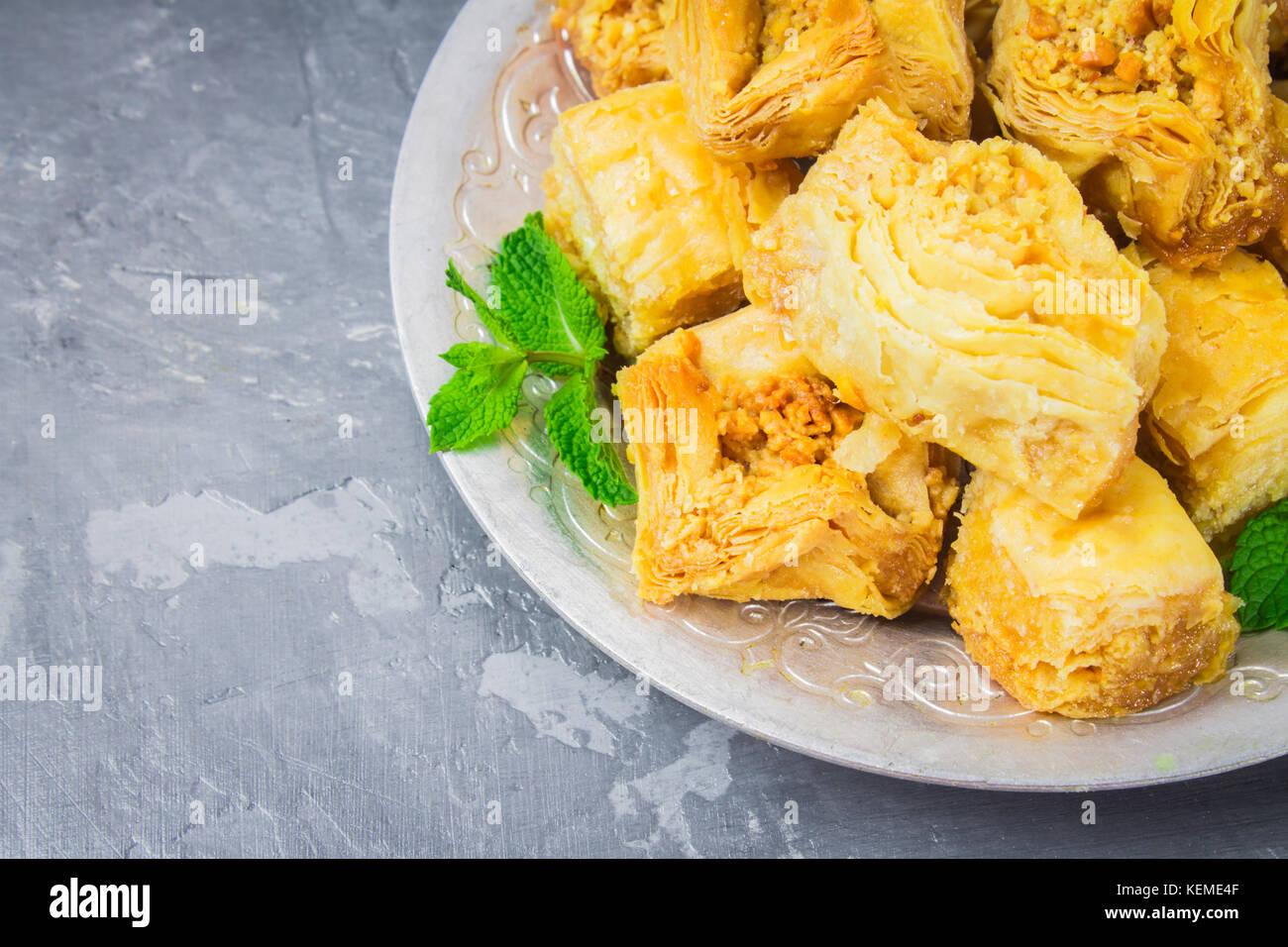 Baklava Türkisch traditionelle Lust auf einem dunklen Hintergrund. Toning Stockbild