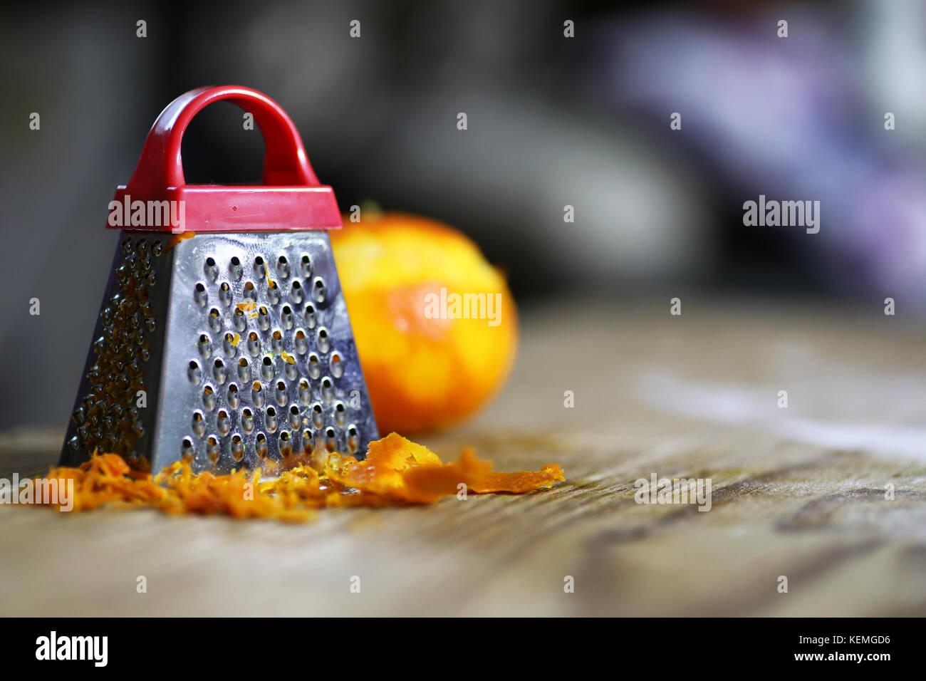 Reibe Schale von Zitrusfrüchten und auf Holztisch Stockbild