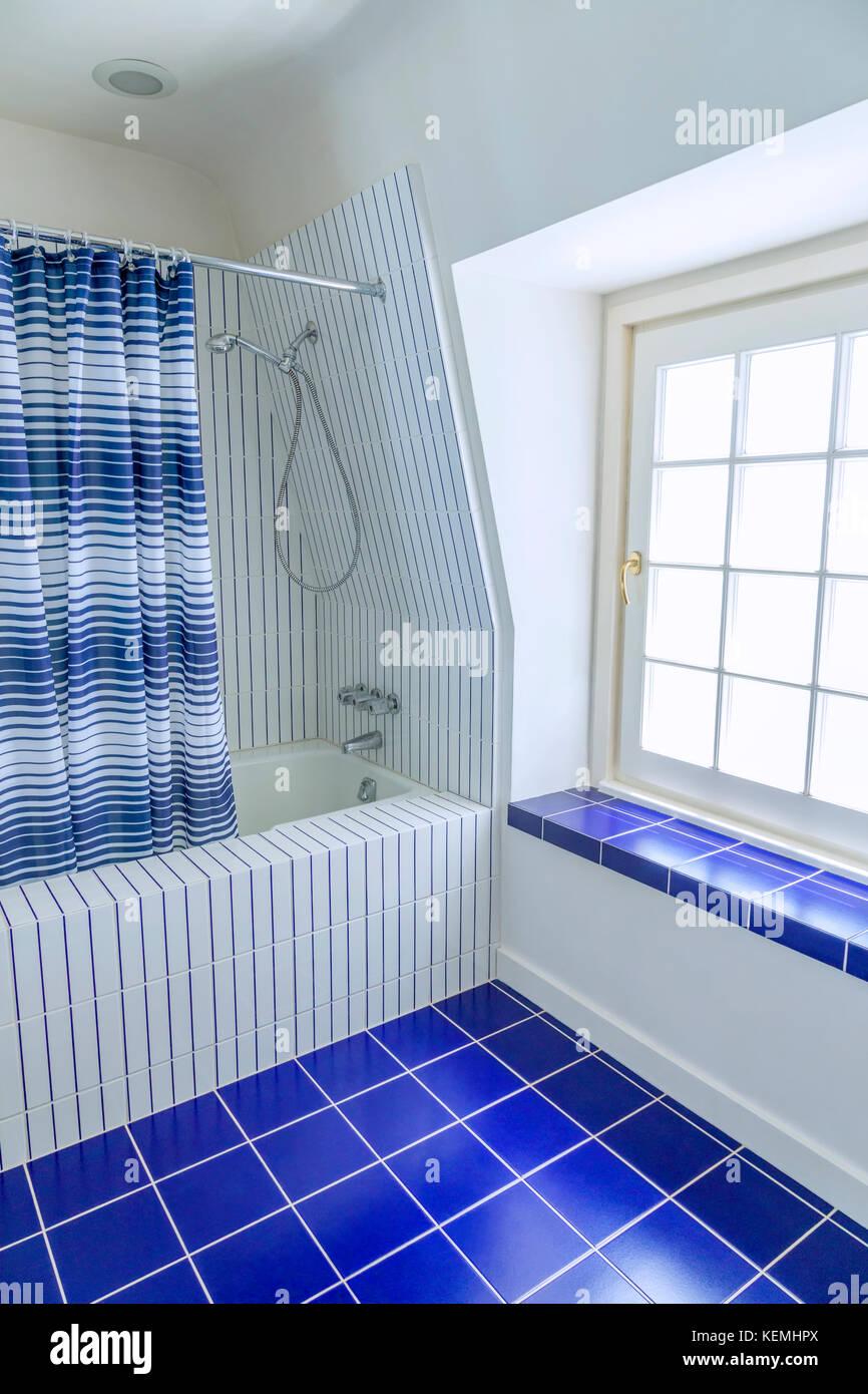 In Blau Und Weiß Gefliestes Badezimmer
