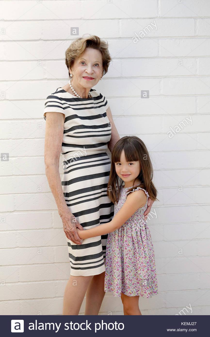 Fünf Jahre altes Mädchen vor, die neben ihrer Urgroßmutter Stockbild