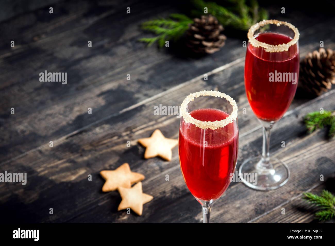 Mimosa festliches Getränk für Weihnachten - Champagner rote cocktail Mimosa mit Cranberry für Weihnachtsfeier, Stockbild