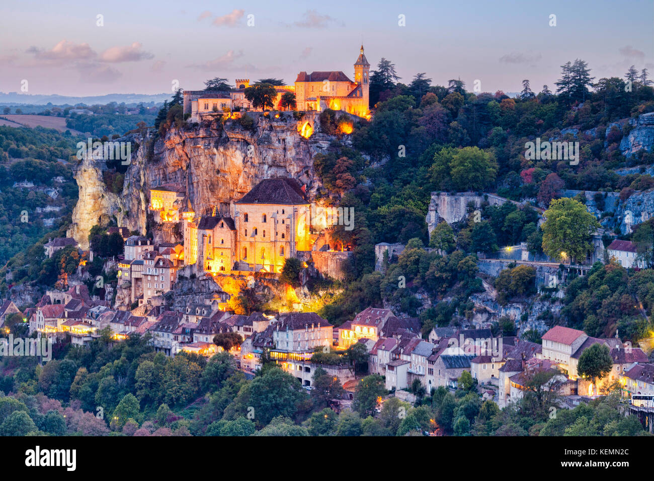 Dämmerung in der mittelalterlichen Stadt Rocamadour, im Tal der Dordogne, midi-Pyrenäen, Frankreich. Stockbild