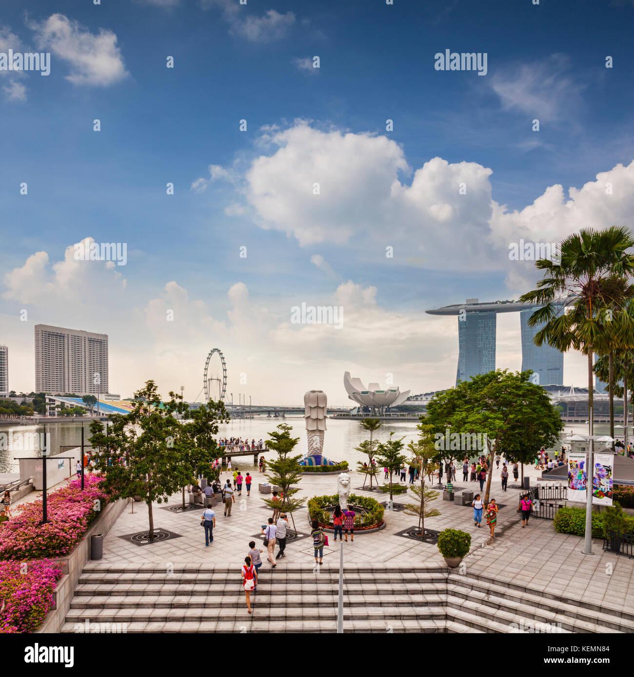 Touristen in der Nähe der Merlion und mit Blick auf einige der wichtigsten Sehenswürdigkeiten von Singapur Stockbild