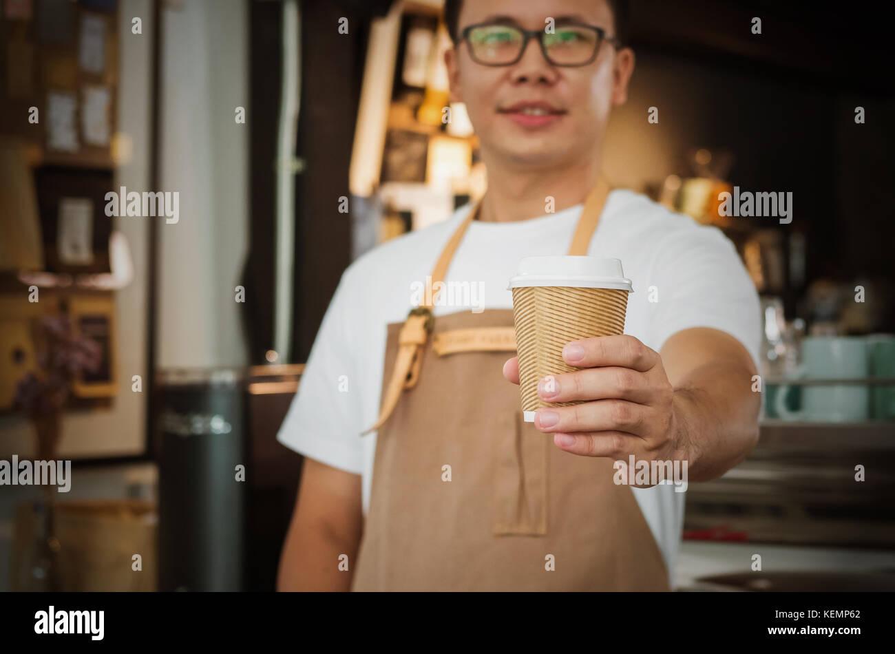 Nahaufnahme einer Kellnerin eine Tasse Kaffee serviert. Selektive konzentrieren. Cafe Restaurant Service, Essen Stockbild
