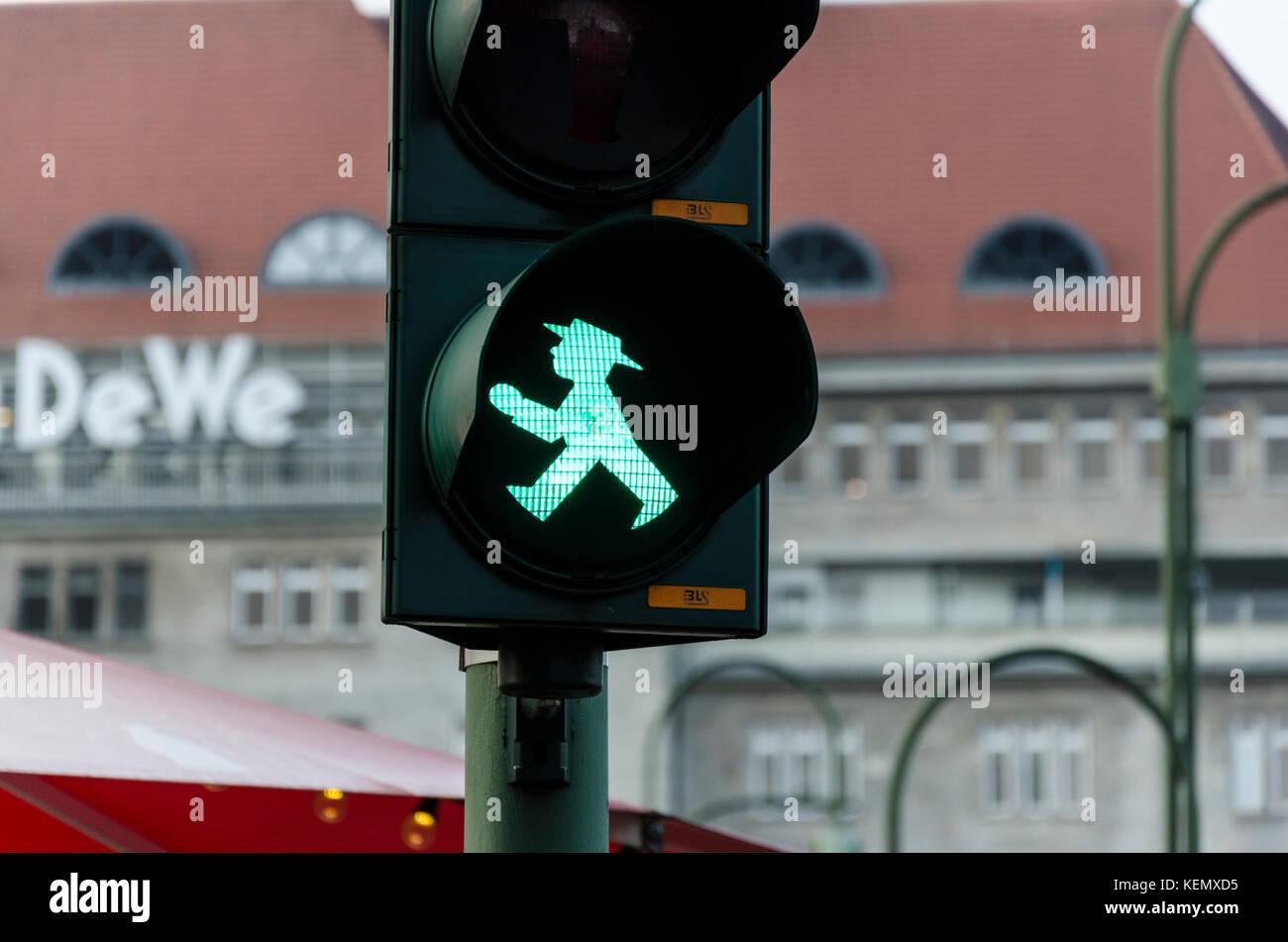 Ostdeutsche grüne Ampelmännchen, kleine Ampel Männer, Ampelmann, Fußgängerzone Signale Symbol, Berlin, Deutschland Stockfoto
