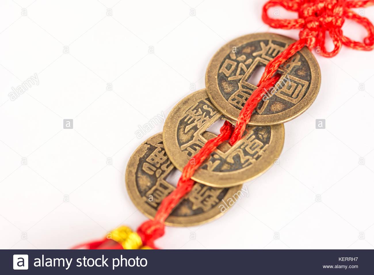 Drei Alte Feng Shui Metall Lucky Münzen Vor Weißem Hintergrund
