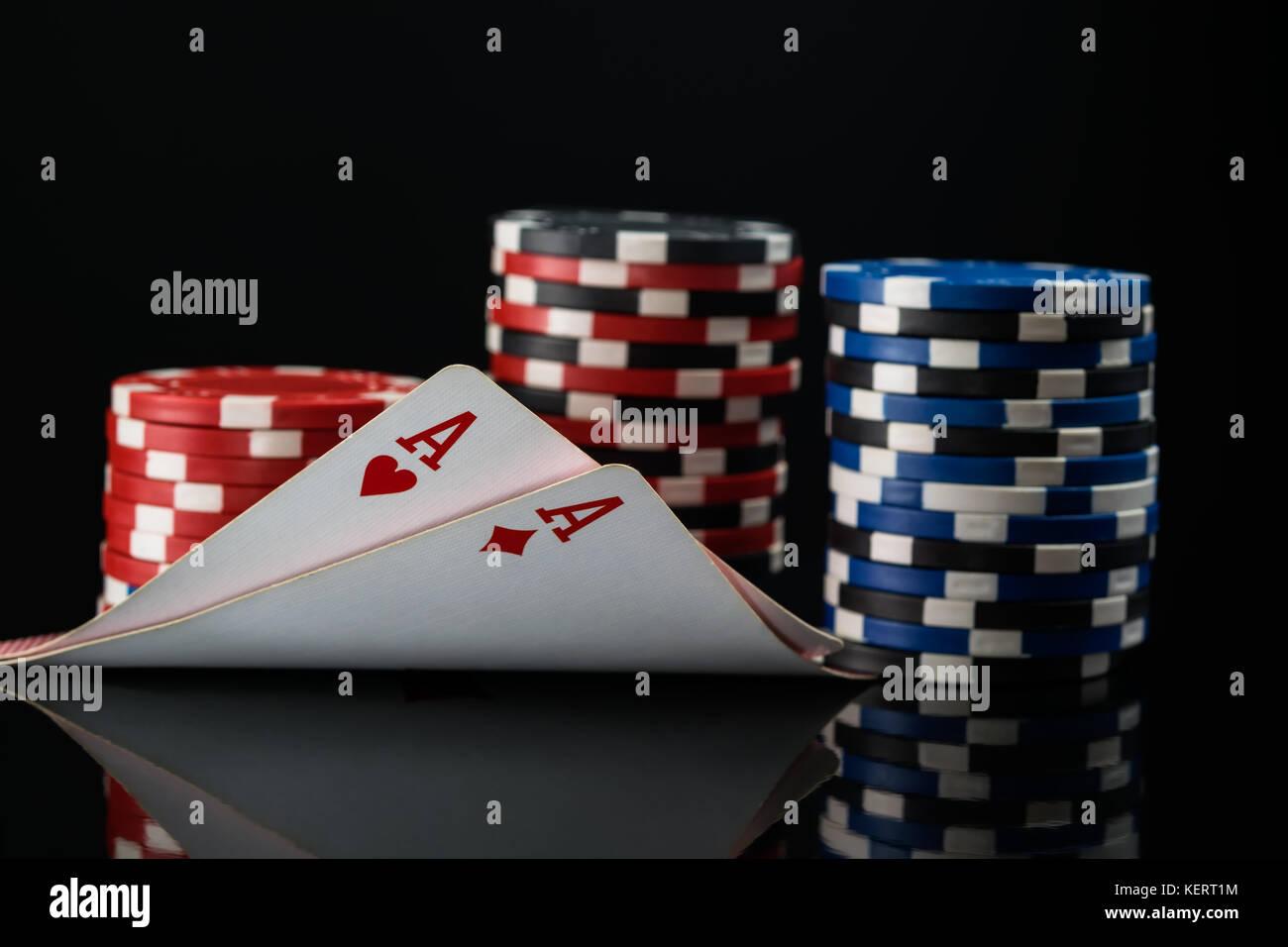Zwei rote Asse in Poker Karten vor dem Hintergrund der poker Einsätze Stockfoto