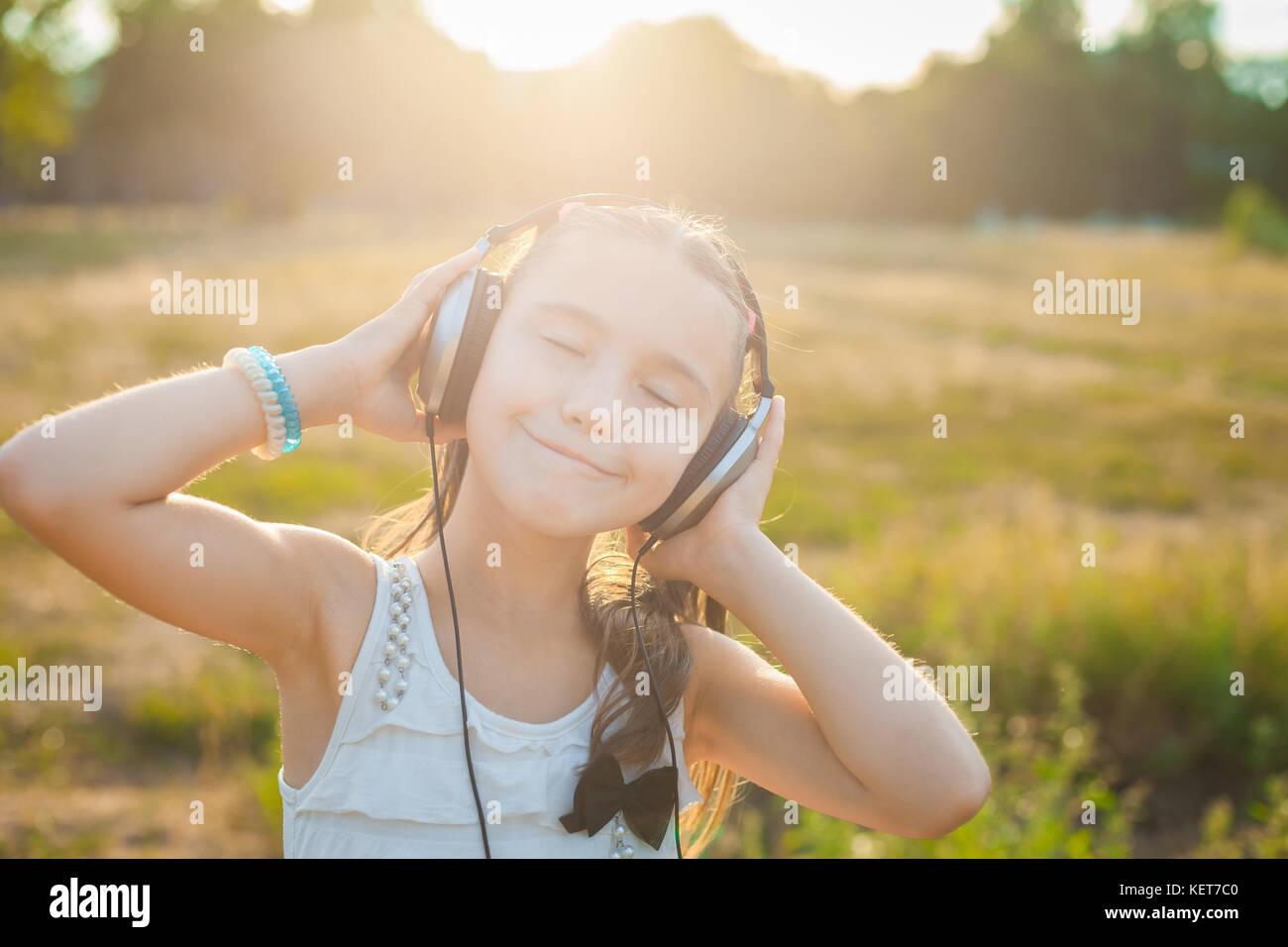 Funny Girl Musik hören mit Kopfhörern Stockbild