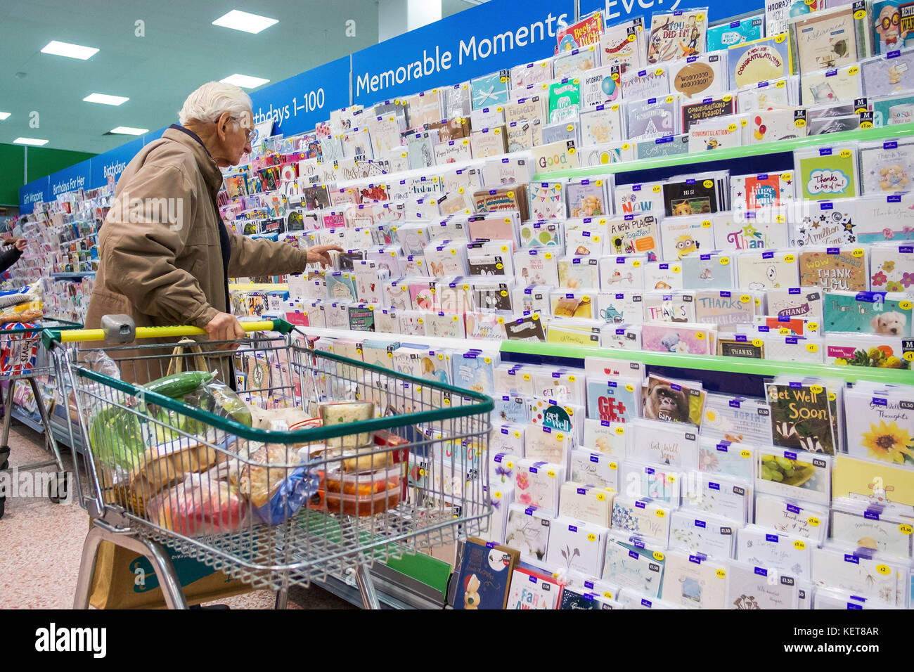 Einkaufen in einem Morrisons Supermarkt - ein Kunde die Wahl ein Jubiläum Karte aus einer Karte Anzeige in Stockbild