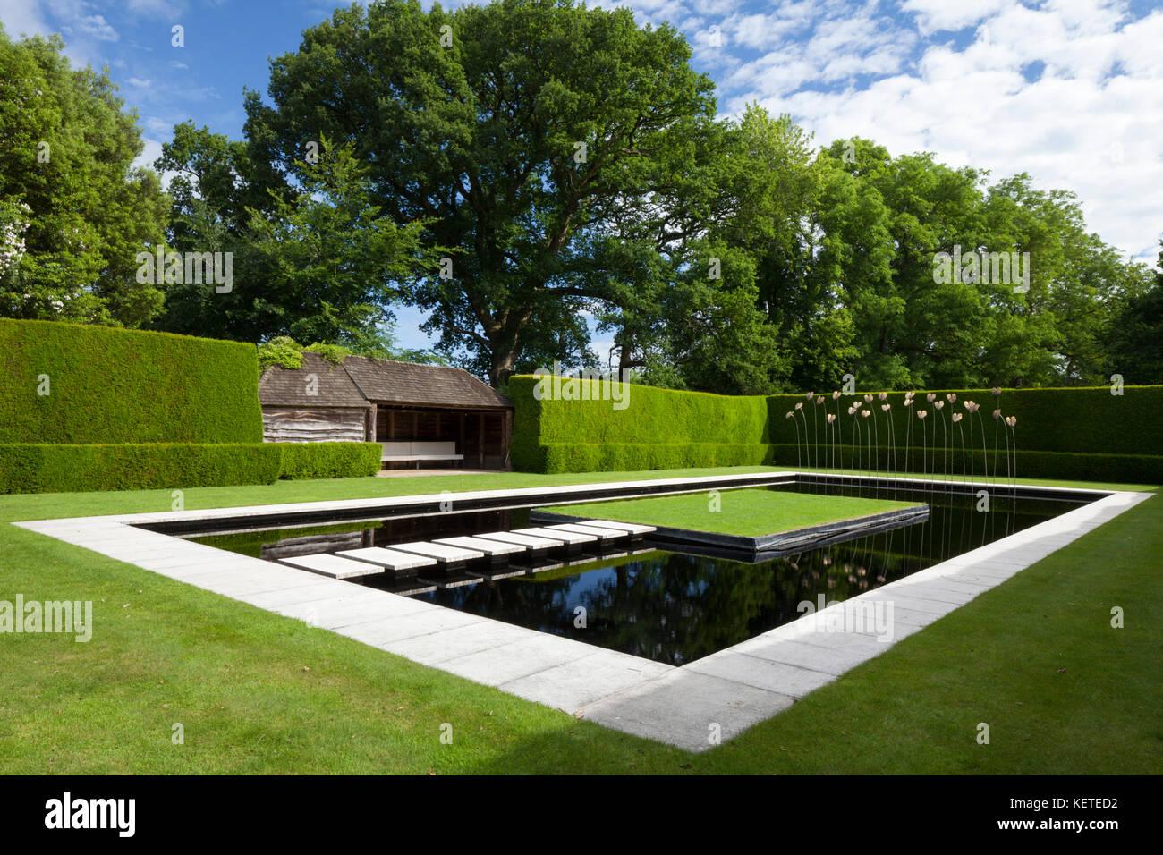Wunderbar Die Zeitgenössische Wasser Garten Mit Moderner Kunst Skulptur Ist Von Hohen  Eibe Hecken, Gärten, Cotswolds Kiftsgate Court, Gloucestershire, ...