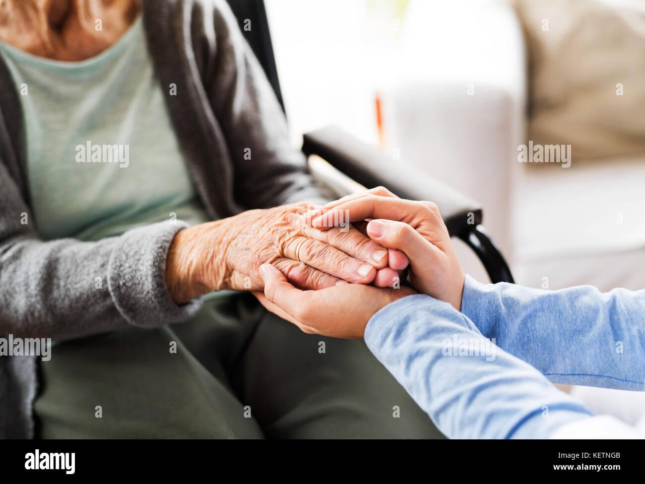 Gesundheit Besucher unkenntlich und eine ältere Frau zu Hause vis Stockbild